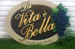 La Vita é Bella – Enseigne sculptée